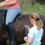 Befüllen der hinteren Flair®-Polster am Pferd mit Reiterin im Sattel (Anpassen)