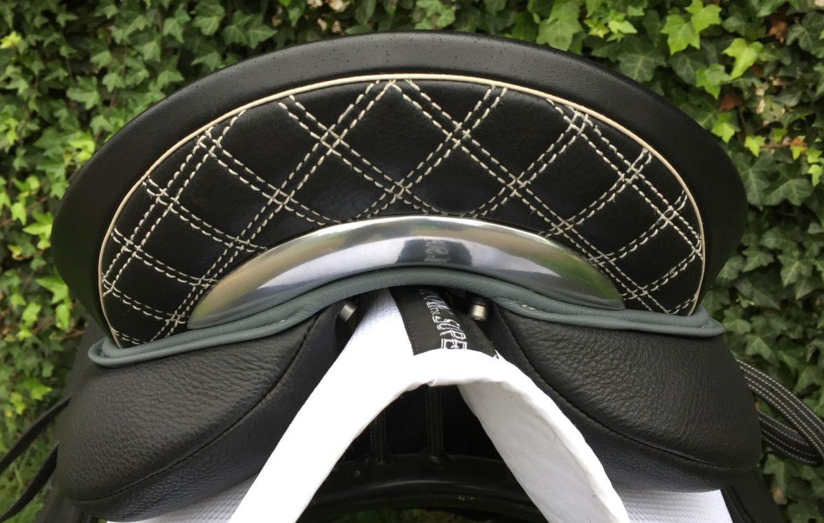 Sitzeinfassung grau, Nähte Naturfarben, Eftereinsatz mit Karosteppung